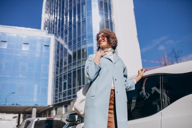 Jeune femme d'affaires voyageant en voiture électro