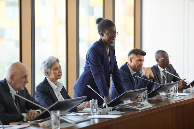 Jeune femme africaine à la conférence d'affaires pour ses collègues