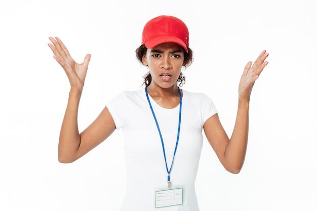 Jeune femme africaine confuse portant une casquette.