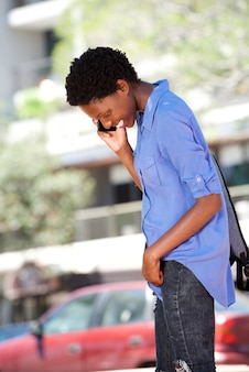 Jeune, femme africaine, conversation téléphone mobile, dehors, et, sourire