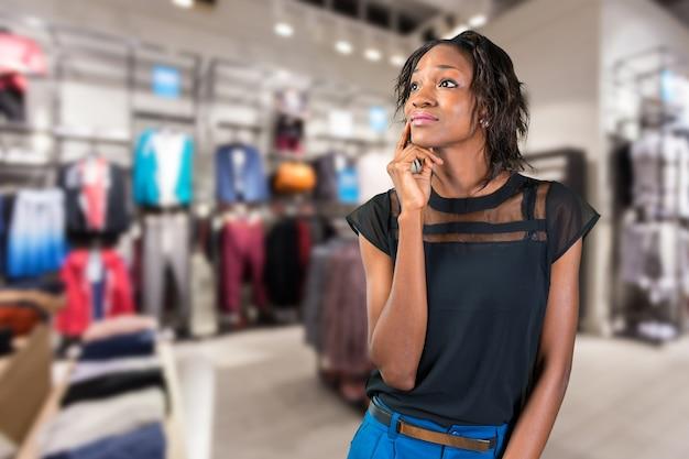 Jeune femme africaine, femme d'affaires pensant
