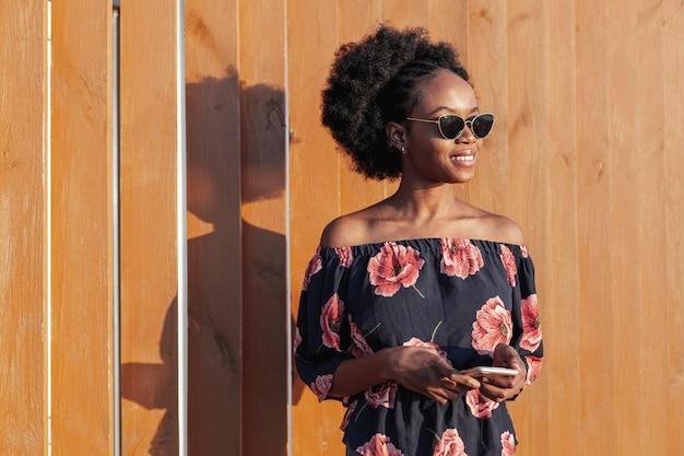 Jeune femme africaine souriante