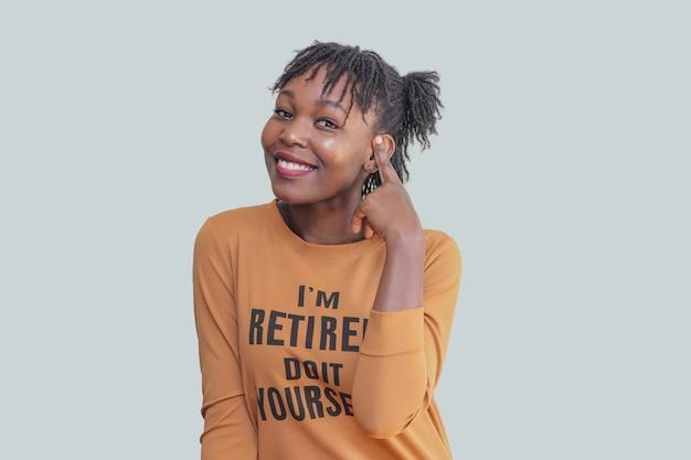 Jeune femme africaine, toucher, cheveux