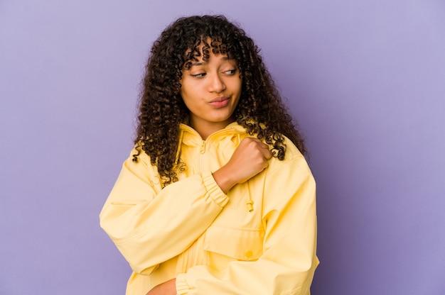 Jeune femme afro afro-américaine isolée confuse, se sent douteuse et incertaine.