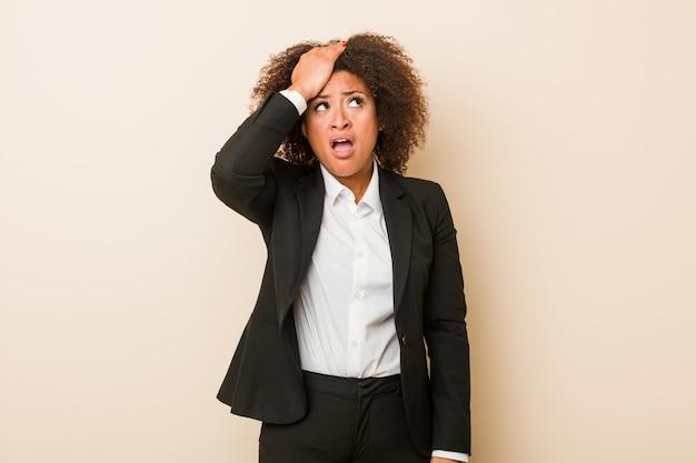 Jeune femme afro-américaine d'affaires choquée, elle se souvient d'une réunion importante.