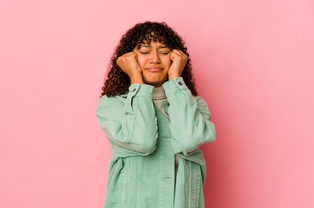 Jeune femme afro-américaine afro-américaine isolée en pleurs, mécontente de quelque chose, de l'agonie et de la confusion.