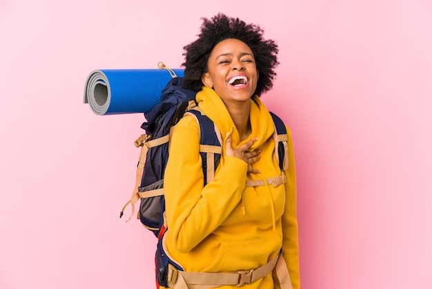 Jeune femme afro-américaine backpacker