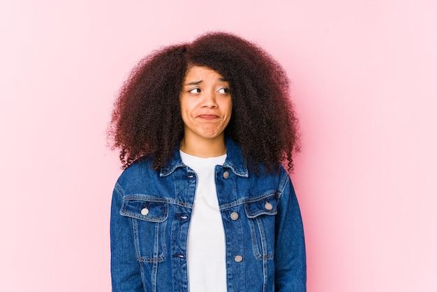 Jeune femme afro-américaine confuse