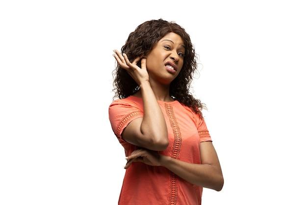 Jeune femme afro-américaine avec des émotions populaires inhabituelles drôles