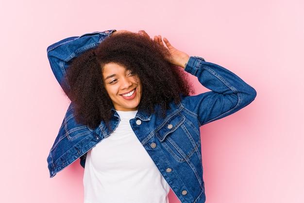Jeune femme afro-américaine, étirement des bras, position détendue.