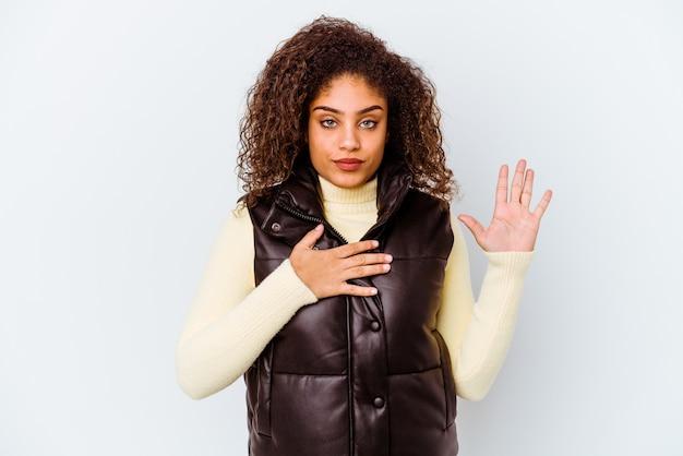 Jeune femme afro-américaine exprimant des émotions isolées