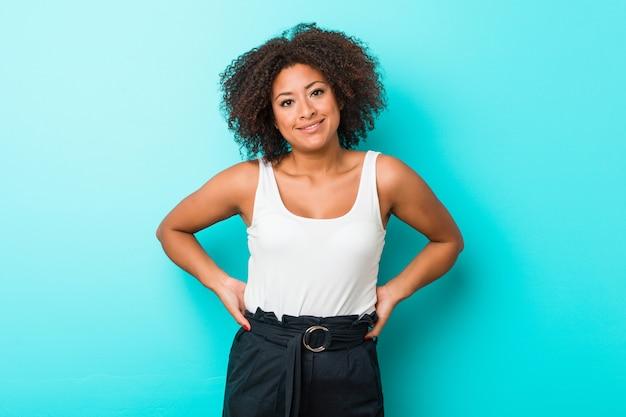Jeune femme afro-américaine heureuse, souriante et gaie.