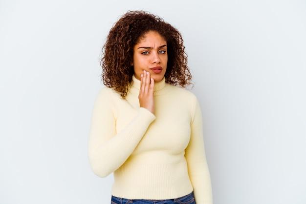 Jeune femme afro-américaine isolée sur fond blanc ayant une forte douleur dentaire, mal molaire.