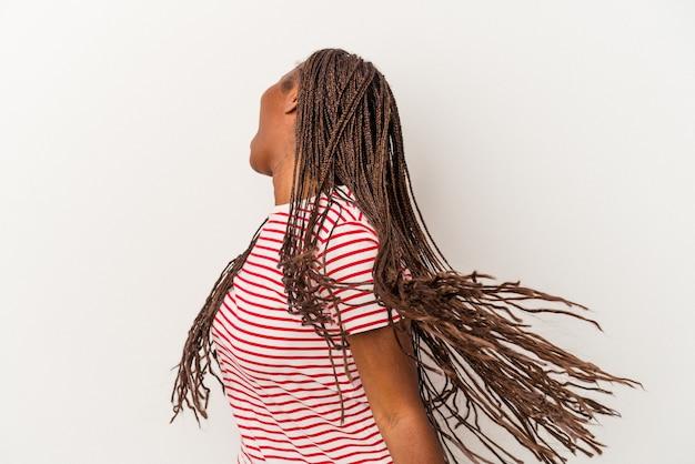 Jeune femme afro-américaine isolée sur fond blanc dansant et s'amusant.