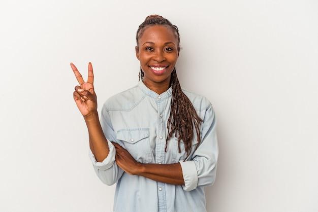 Jeune femme afro-américaine isolée sur fond blanc montrant le numéro deux avec les doigts.