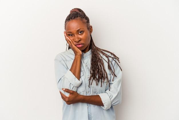 Jeune femme afro-américaine isolée sur fond blanc qui s'ennuie, est fatiguée et a besoin d'une journée de détente.