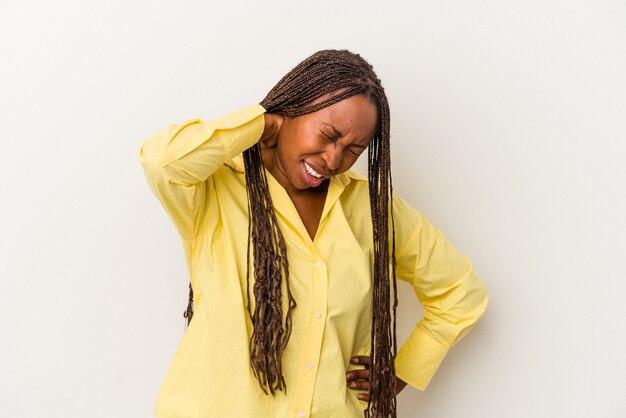 Jeune femme afro-américaine isolée sur fond blanc souffrant de douleurs au cou en raison d'un mode de vie sédentaire.