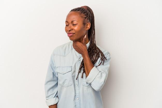 Une jeune femme afro-américaine isolée sur fond blanc souffre de douleurs dans la gorge à cause d'un virus ou d'une infection.