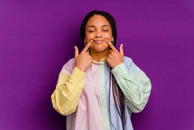 Jeune Femme Afro-américaine Isolée Sur Fond Jaune Doutant Entre Deux Options. Photo Premium