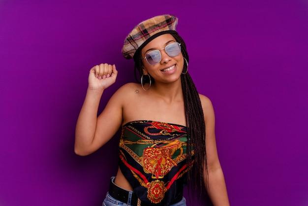 Jeune Femme Afro-américaine Isolée Sur Fond Jaune Jeune Femme Afro-américaine Isolée Sur Fond Jaune Dansant Et S'amusant. Photo Premium