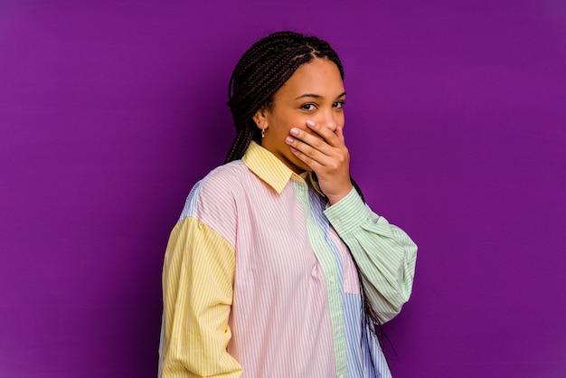 Jeune femme afro-américaine isolée sur un mur jaune effrayé et effrayé.