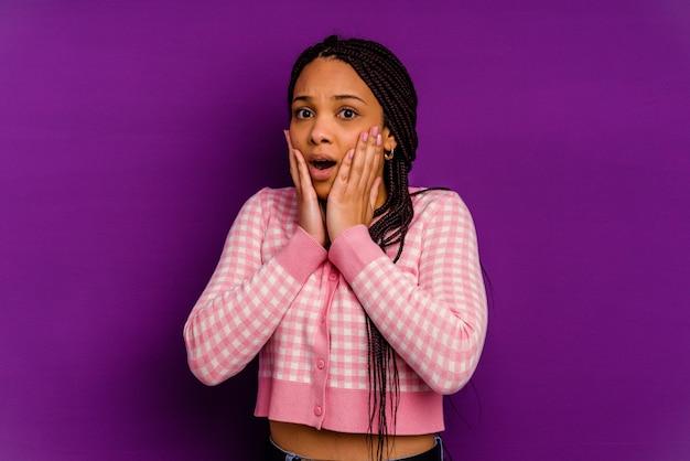 Jeune femme afro-américaine jeune femme afro-américaine effrayée et effrayée.
