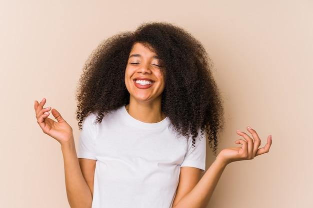 Jeune femme afro-américaine joyeuse en riant beaucoup. concept de bonheur.
