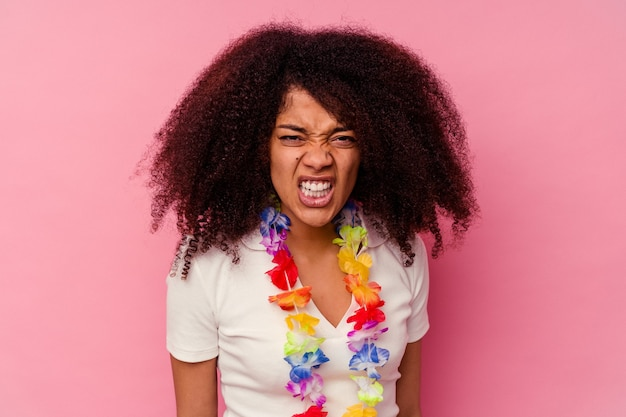 Jeune femme afro-américaine portant un truc hawaïen criant très en colère et agressif.