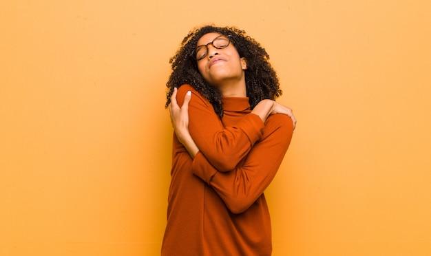 Jeune, femme afro-américaine, poser, quoique, câlins, et, câlins