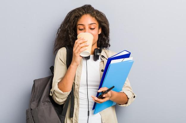 Jeune femme afro-américaine prête à aller à l'école