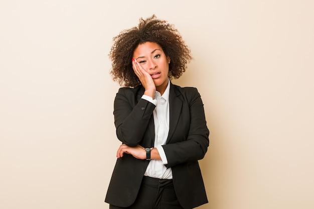 Jeune femme afro-américaine qui s'ennuie, fatiguée et a besoin d'une journée de détente.
