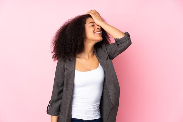 Jeune femme afro-américaine a réalisé quelque chose et a l'intention de la solution