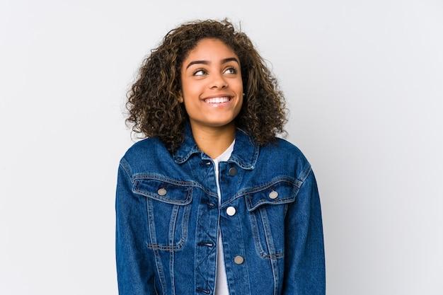 Jeune femme afro-américaine rêvant d'atteindre des buts et objectifs