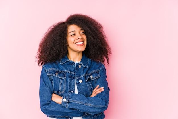 Jeune femme afro-américaine souriante confiante avec les bras croisés.