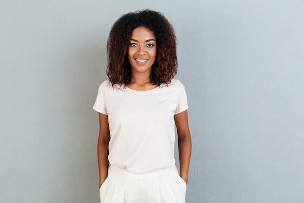 Jeune femme afro-américaine souriante debout