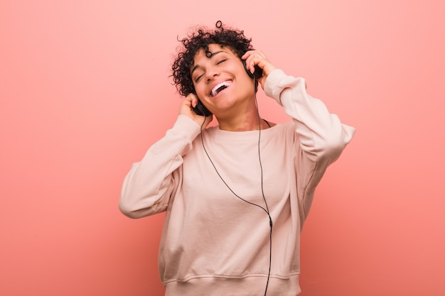 Jeune femme afro-américaine avec une tache de naissance dansant et écoutant de la musique avec un casque