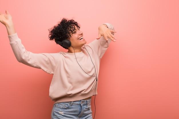 Jeune femme afro-américaine avec une tache de naissance danser et écouter de la musique avec un casque