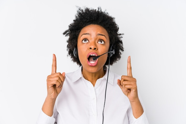 Jeune femme afro-américaine de télévendeur