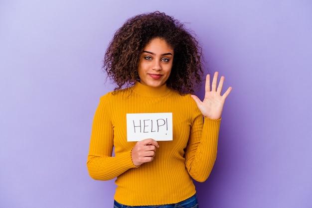 Jeune femme afro-américaine tenant une bannière d'aide