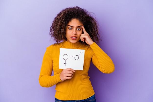 Jeune femme afro-américaine tenant une bannière d'égalité des sexes