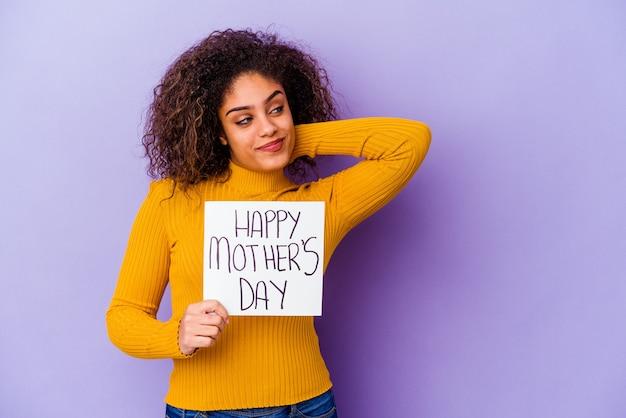 Jeune femme afro-américaine tenant une bannière de fête des mères heureux