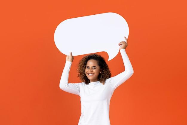 Jeune femme afro-américaine tenant une bulle de dialogue vide