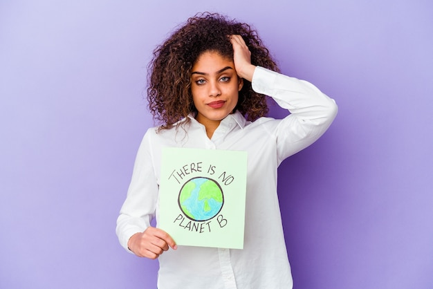 Jeune femme afro-américaine tenant un il n'y a pas de plaque de planète b isolée étant choquée, elle s'est souvenue d'une réunion importante