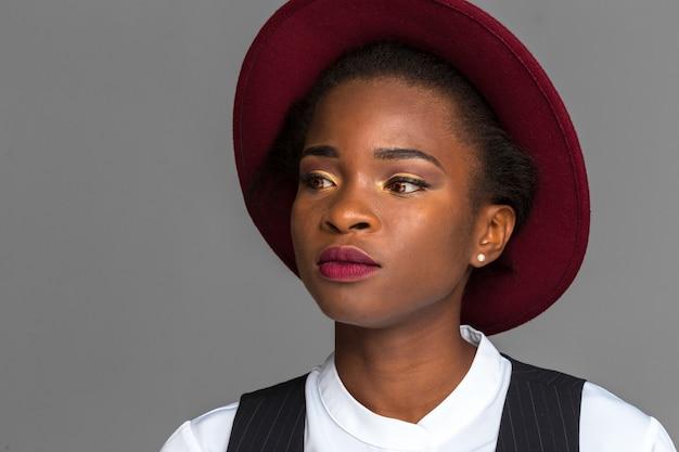 Jeune femme afro décontractée