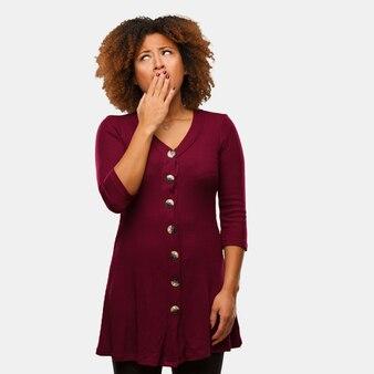 Jeune femme afro noire fatiguée et très fatiguée