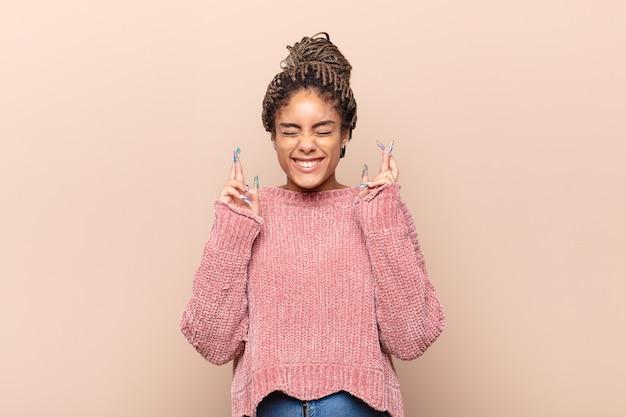 Jeune femme afro se sentant fière, arrogante et confiante, à la satisfaction et réussie, pointant vers soi