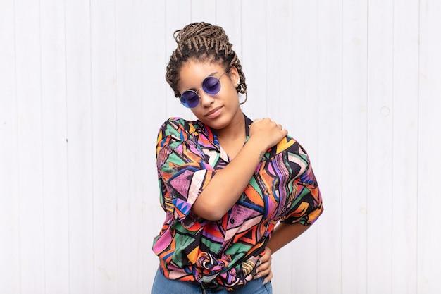 Jeune femme afro se sentir fatiguée, stressée, anxieuse isolée