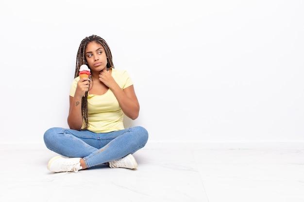 Jeune femme afro stressée, anxieuse, fatiguée et frustrée
