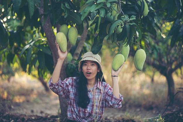 Jeune femme agricultrice, ferme à mangues