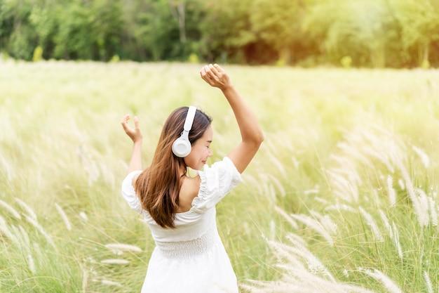 Jeune femme à l'aide d'écouteurs pour écouter de la musique
